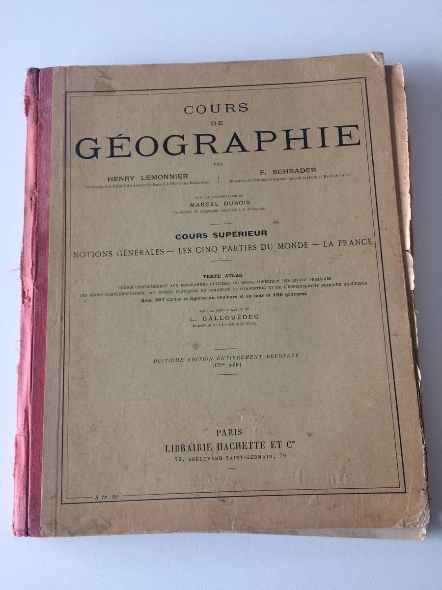 AVANT : Manuel de Géographie avant restauration. Couverture détériorée et coins émoussés.