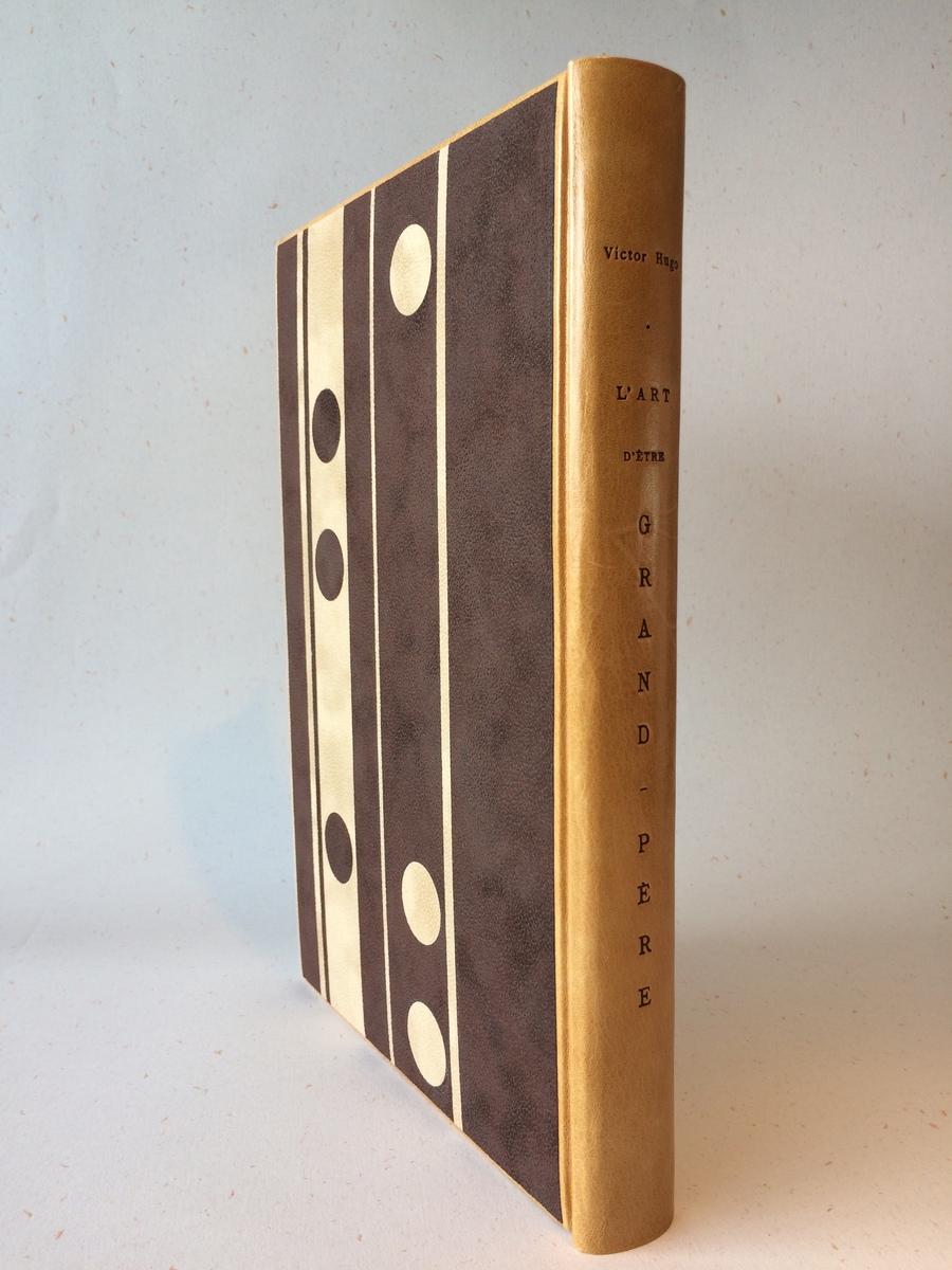 Détail reliure papier marron