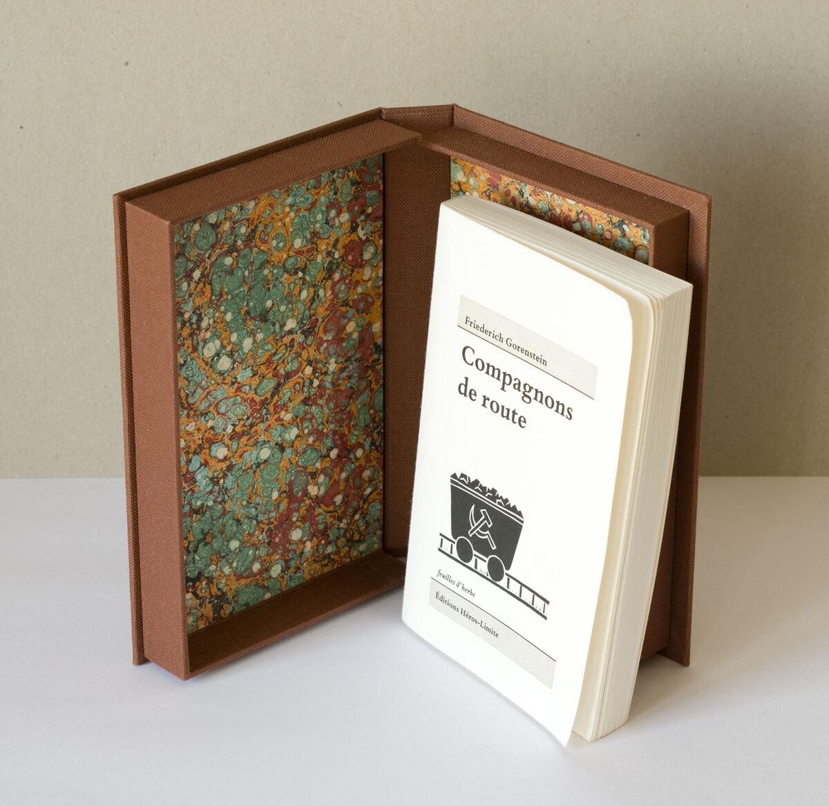 Boite toile marron et livre