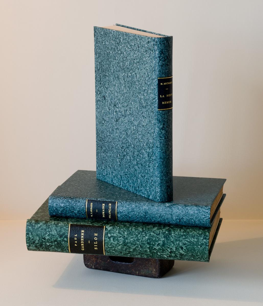 Colonne de trois livres reliés